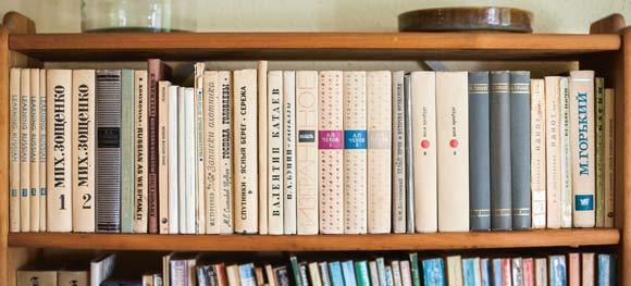Kyrilliske krummelurer pryder bogreolen.