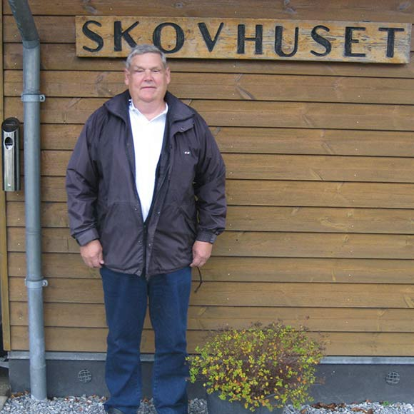 Benny udenfor beboerhuset Skovhøjen, hvor der blandt andet er madklub.