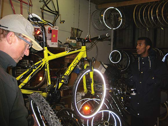 Hans Martin reparer cykel.