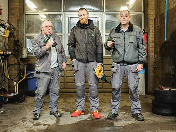 Forsiden: Boligforeningens tre nyslåede ejendomsserviceteknikere. Foto: Martin Krabbe