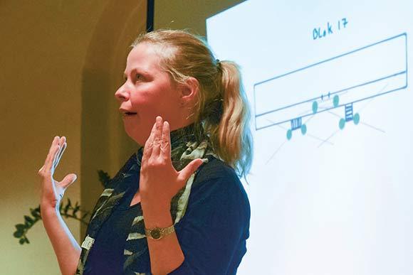 Afdelingsformand Anett Sällsäter Christiansen forelægger det ekstra projekt, som ses bag hende. Et eksempel på en blok, hvor kameraer både peger ud mod parkeringspladsen og ind under gangbroen.