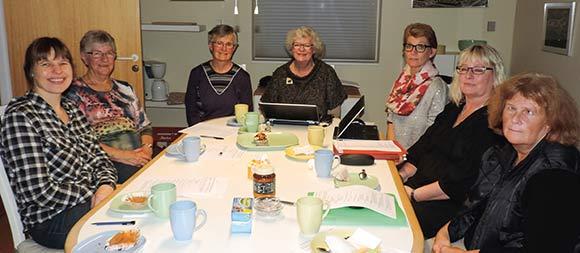Formand Aase Asmus Christensen i midten for bordenden med resten af Rødlundsparkens bestyrelse rundt om; Anne E. Olesen, Gretha Munk, Inger Nielsen, Birgit Væggemose og Helle Pia Rosendal.