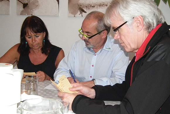 Beboerrådgiver Abelone Asingh, inspektør Robert Sørensen  og varmemester Kai Nielsen optalte stemmerne.