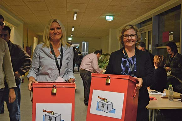 Administrationschef Susanne Witting (tv.) og kommunikationschef Lotte Pape var med til at tælle stemmesedlerne op.