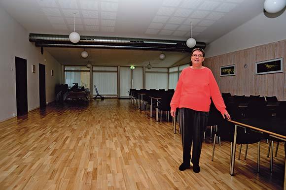 Anette Kjærsgaard fylder ikke meget i salen i Skovhøjs store beboerhus. Afdelingsformanden kunne godt drømme om, at der en dag kom mere aktivitet i det dejlige hus.