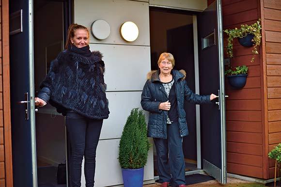 Naboerne Louise Petersen (tv.) og Olga Virkus er meget tilfredse med at bo i Afdeling 24.