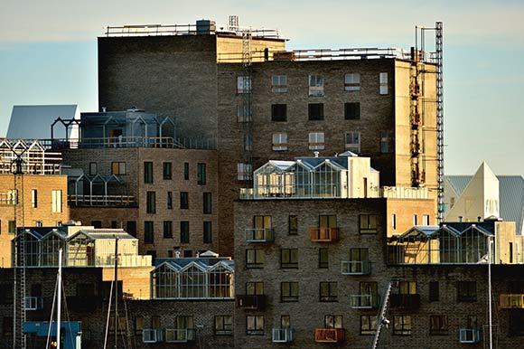 Varierede facader, væksthuse på tagene og altaner til alle giver indtryk af et helt moderne byggeri.