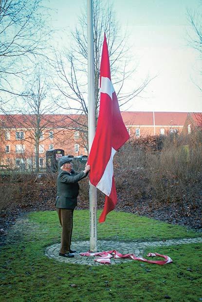 Holger hejser flaget ved beboernes mærkedage. Foto: Elin Krogh.