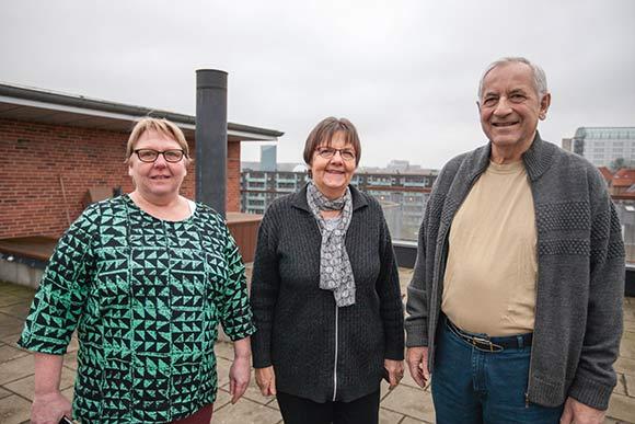 Knud og Karen Holt har været med fra starten. Her sammen med Skræppebladets udsendte, Elin Krogh, på den store fælles tagterrasse.