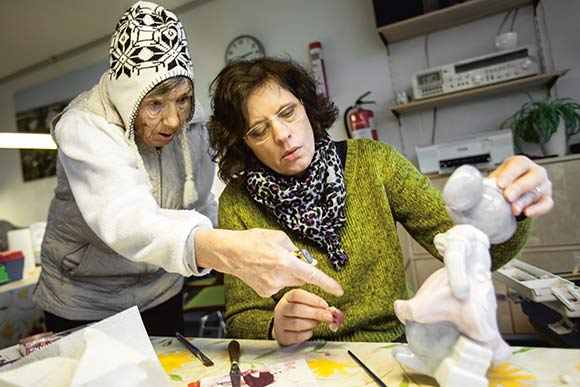 Heidi (t.h.) er underviser i porcelænsmanlingklubben,  og Irene er en af de faste deltagere.