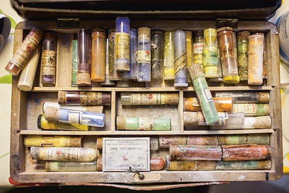 Malingen fremstilles ved hjælp af koncentreret farvepulver, som blandes med olie. Næsten alle deltagerne har deres egen værktøjskasse fuld af pensler og farver.