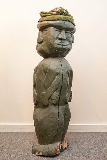 Børge Flyvholms totempæl har fire ansigter, som overlapper hinanden.