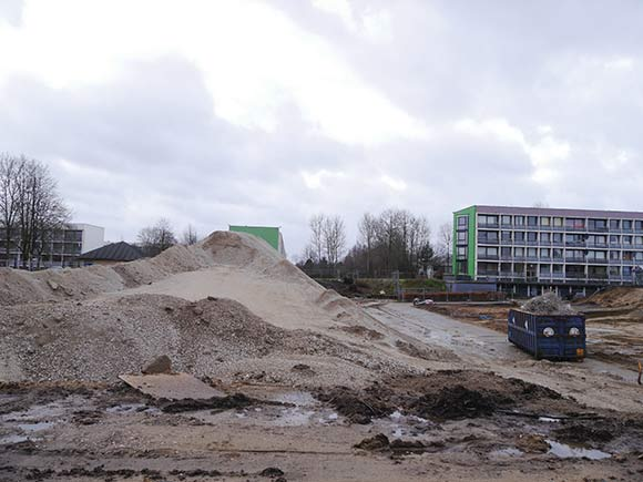 Bygningerne i baggrunden skal også rives ned i forbindelse med etableringen af en ungdomsbydel. (Foto af Anett S. Christiansen)