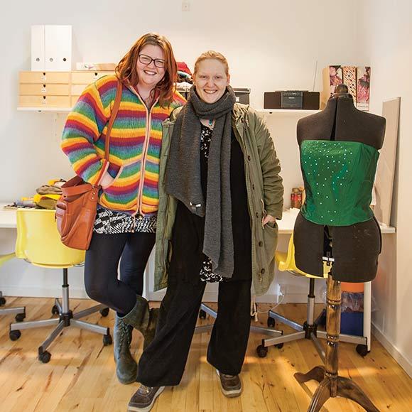 Asta og Stinne er nøglepersoner i Det Kreative Beboerværksted.