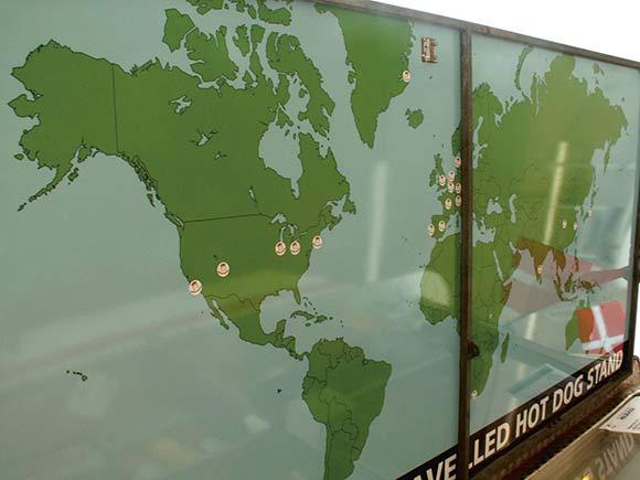 Et kig op i 'loftet' på pølsevognens udhæng fortæller,  hvor Verdens mest berejste Pølsevogn hidtil har været.