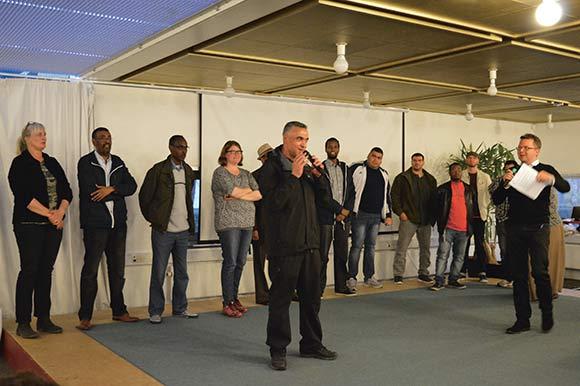 14 kandidater fik hver to minutter plus oversættelser til arabisk eller somalisk – så det var en opgave for ordstyrer Rene Skau Bjørnsson at styre talelysten. Her taler Walid Mahmoud.