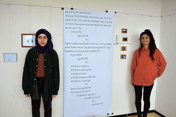 Aysha og Helya viser deres værker frem.