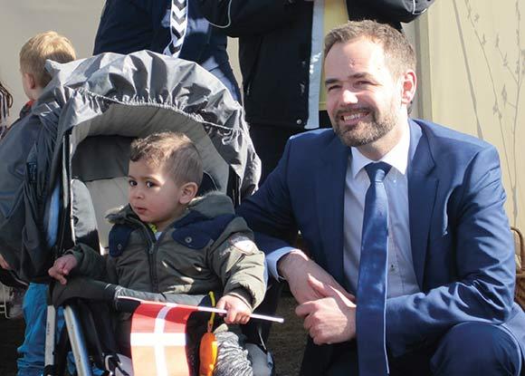 Borgmester Jacob Bundsgaard fejrede sammen med en ung Gellerup-borger, at den nye vejstrækning åbnede.