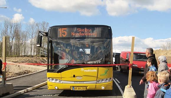 """Det var Linje 15, der """"klippede"""" den røde snor over, da Gudrunsvej blev genåbnet."""