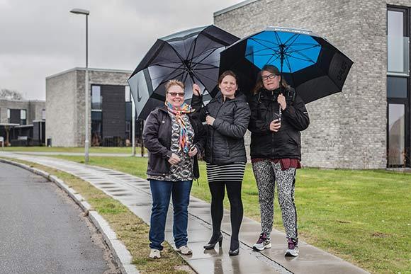 Skræppebladets udsendte sammen med afdelingsformand Maria Kahr Ovesen (i midten) en kold forårsdag, hvor solen svigtede Solbjerg.