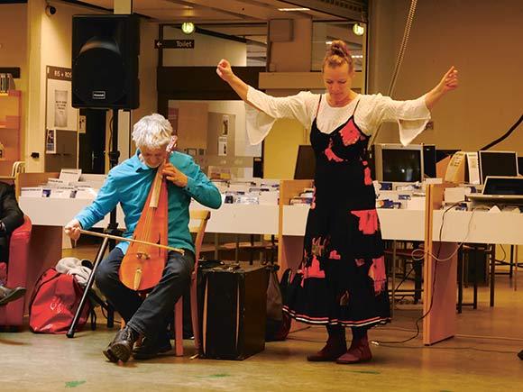 Aksel Striim og Katrine Faber underholder publikum på biblioteket
