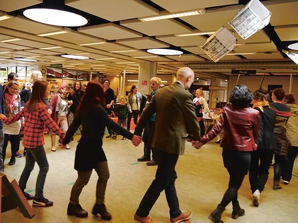 Fælles dans på biblioteket.