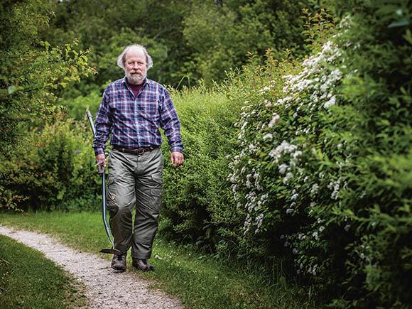 Forsiden: Keld Albrechtsen i arbejdstøjet på vej til sin nyttehave. Foto: Martin Krabbe