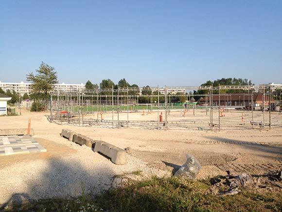 Informationscentrets omkransende cirkelformede stativ er i løbet af august vokset op af jorden på pladsen foran Gellerup Badet. Cirklen skal stå klar 3. september til indvielsen af kunstgræsbanen.