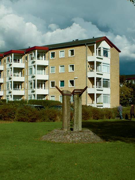 Byggeriet i Søvangen, der blev bygget i 1954-1959, i forbindelse med at der opstod et behov for familieboliger til de folk, der dengang arbejdede på Jaka. I starten – inden træerne blev store – havde alle udsigt over Brabrandsøen, og byggeriet er meget berømt blandt arkitektstuderende. I forgrunden ses Ole Østrups skulptur, der aldrig er gjort helt færdig.