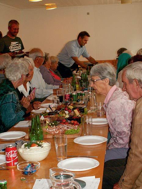 Ovenpå et dejligt stemningsfyldt og indholdsrigt beboermøde var det tiltrængt med et overdådigt pølsebord – de, som gik sultne hjem, var selv skyld i det – der var rigeligt af lækre sager.