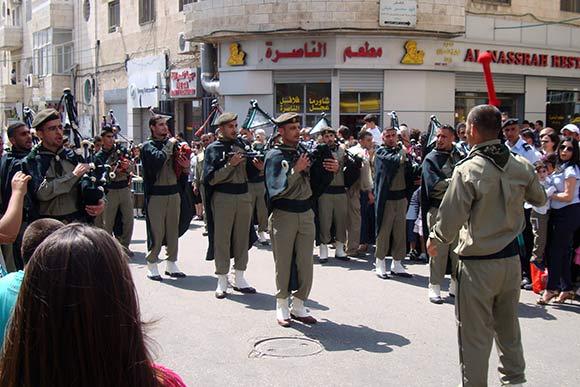 Det er meget almindeligt, at spejdertroppe i Palæstina har et sækkepibe-orkester, som her hvor mange af dem deltager i den årlige påske-parade gennem Ramallah.