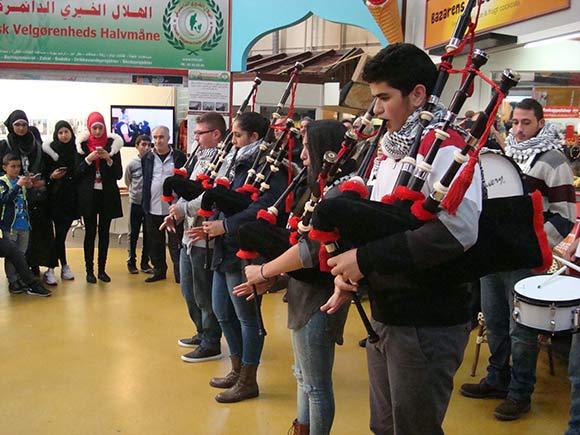 Spejderne fra Sareyyet Ramallah spiller sækkepibe og trommer søndag eftermiddag i Bazar Vest i forbindelse med Syrisk Kulturfestival. Foto: Ramallah Spejderne