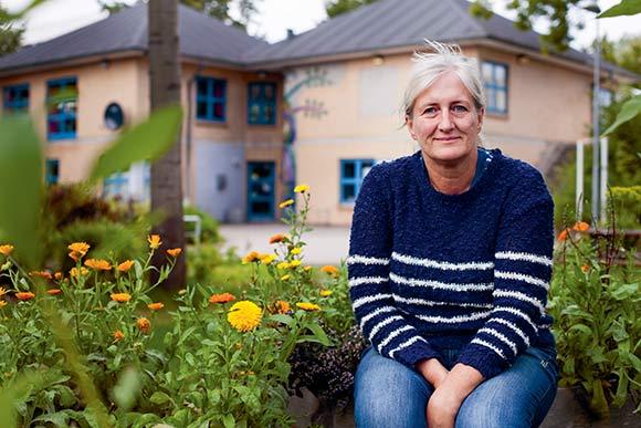 Helle Hansen foran Yggdrasil, hvor hun laver meget frivilligt arbejde.