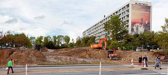 Gravearbejdet med at lave den nye indgang til Gellerup via Tinesvej er i fuld gang bag den sydvestligste blok på Gudrunsvej.