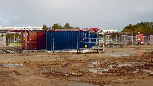 Byggetilladelsen til at opsætte containerne, der skal huse informationscentret, er kommet, men for sent til at det kan åbne i efterårsferien.
