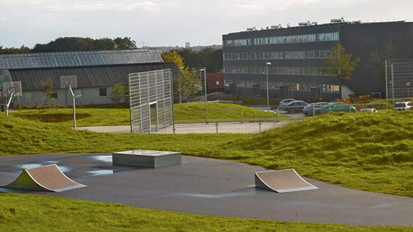 Skovgårdsparkens unge har både fået skaterbane og basketbane på midterarealet.