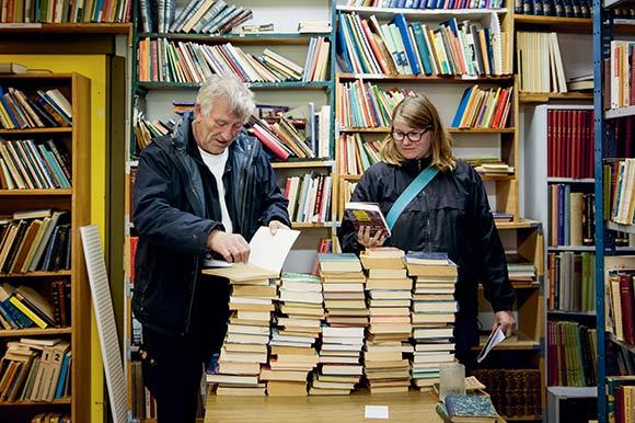 """Holmstrup har sit eget antikvariat - """"Læsehesten"""" bugner af bøger."""
