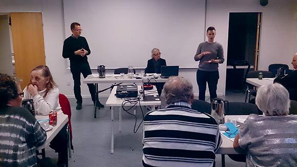 Marie, der er beboer i Hasselengen, forklarede mødets deltagere forskellen på Stofas og YouSees måder at sende tv-signalerne på.