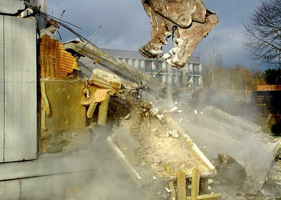 Det ser dramatisk ud, når en blok bliver fjernet bid for bid. Foto: Helya Ahmadi, Dokumentationslauget.
