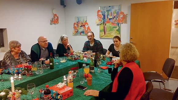 Der var gode snakke ved bordet, efter maden og gaverne.