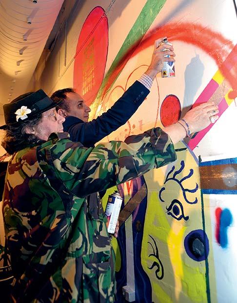 Rabih Azad-Ahmad og Hans Krull spraymalede en regnbue.