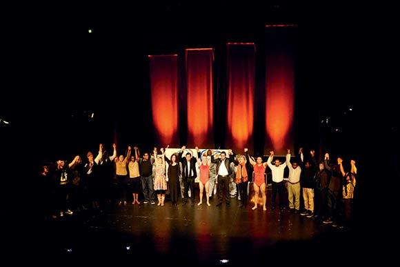 Et begejstret publikum klappede af EUTOPIA Stages åbningsforestilling Collage lavet af kunstnere fra nær og fjern