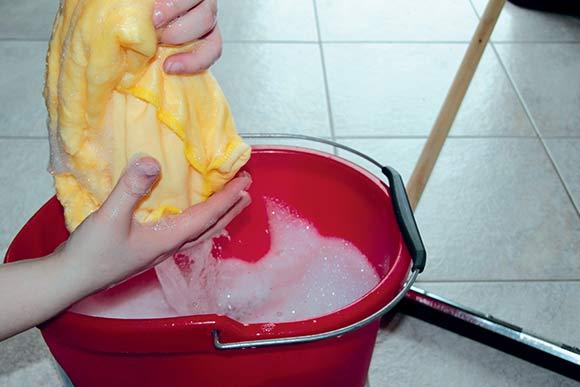 Rengøring er ikke kun et meget synligt, men også hårdt arbejde, hvor medarbejderne skal sikres bedst mulige arbejdsforhold.