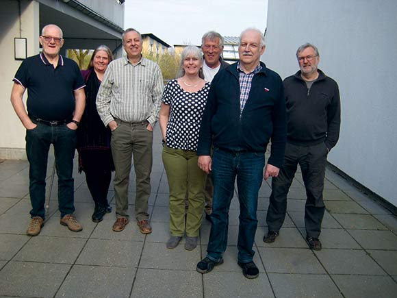 Den nyvalgte afdelingsbestyrelse i Holmstrup. Fra v. Johnny Rasmussen, Annette Knight , Mogens Nielsen, Helle Hansen (1.-suppleant), Rudolph Bay, Bo Fosdal og Edvin Juhl. Peter Iversen var til møde i boligforeningen, da billedet blev taget.
