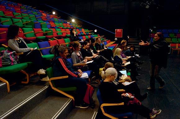 EUTOPIAs kunstneriske leder, Brigitte Christensen, og kvinderne er sammen om at skrive teaterstykket.