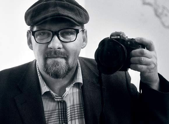 Selvportræt af vores fotograf Ib Sørensen, som lige nu gennemfotograferer alle boligforeningens afdelinger.