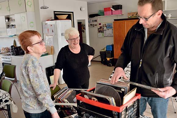 Gitte Poulsen tv. og Kirsten Larsen tager imod en kunde, som leder efter vinylplader.