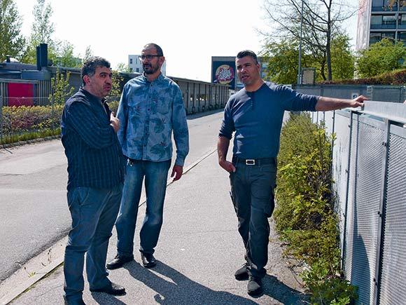 Youssef Abdul Kader, Ali Khalil og serviceleder Ahmad Mansoura diskuterer ,om storskraldspladsen skal flyttes.