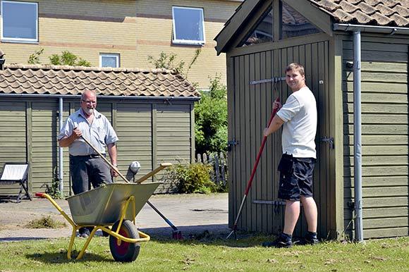 Bjarne og Henrik hjælper med at holde afdelingen ved lige