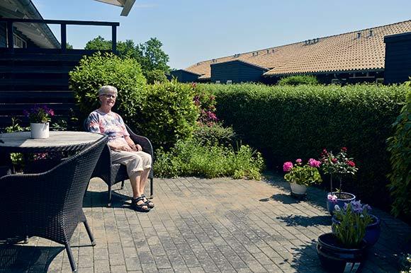 Gretha Munk nyder at have en have, som hun kan pusle lidt rundt i.